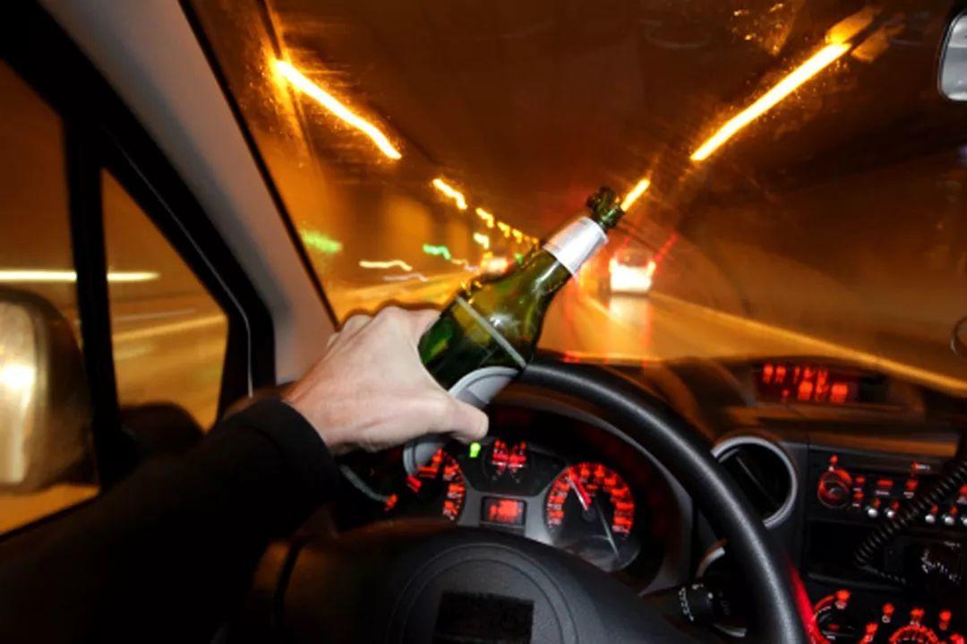 《男子当交警面猛灌半瓶白酒:你怎么证明我酒驾?》