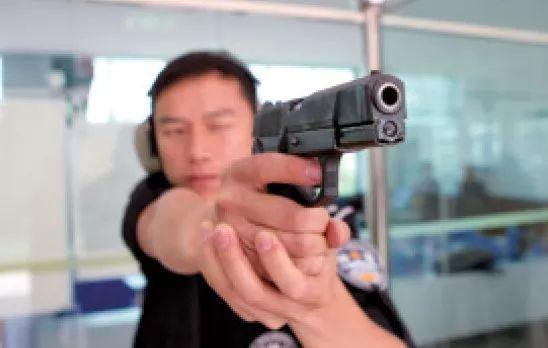 《2019中国警察第一枪:当场击毙袭警者!为开枪民警和当地警界领导点赞!》