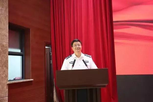 这位公安局长帅爆了:讲话不用记、领导姓领、成立爱警110、提拔90后干部