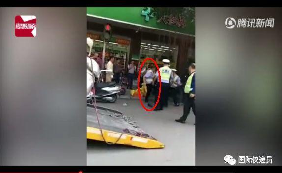 壮汉持头盔连砸辅警,警方表示将严肃处理辅警不文明行为