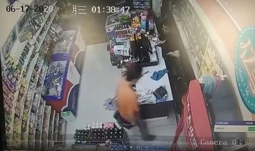 """到小店抢劫却被店主啤酒瓶""""暴头""""!吃瓜群众还说砸得太轻"""