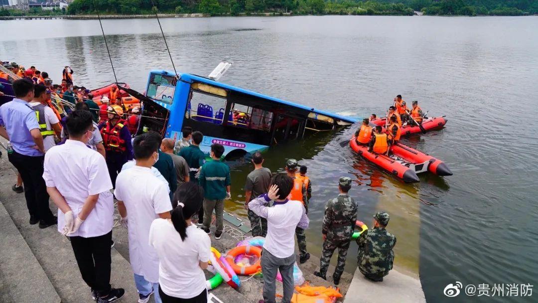已搜救出36人,21人死亡!贵州公交车坠湖前监控曝光