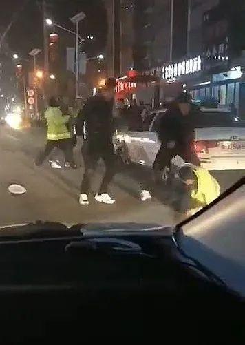 公职人员街头殴打民警,判刑1年6个月,被开除!